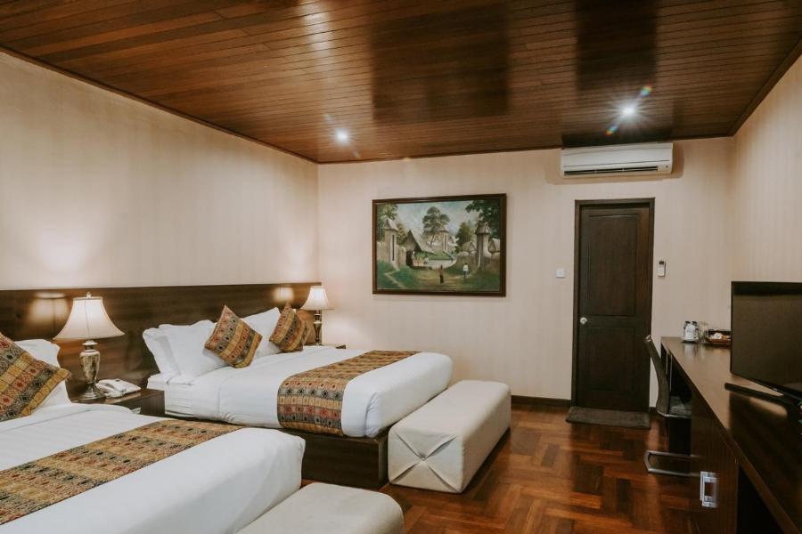 family-room-2-full-beds